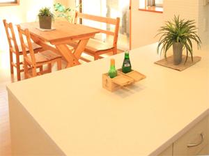真っ白な大型のワークテーブル